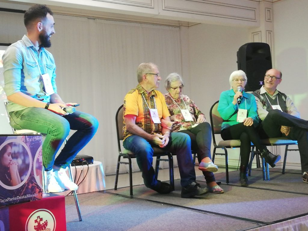 Viser samtale med to ektepar: Vera og Sérgio Schaefer og Marli og Irno Prediger i forbindelse med 30 års markering av misjonsorganisasjonen Missão Zero