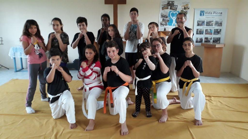 Gutter foppstilt på Taekwondo samling