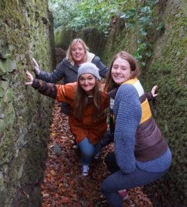 Bildet viser misjonær Solgunn sammen med de frivillige ungdomslederne Esther og Sarah på en sti mens de er med på et utendørs Fresh Expressions- seminar.