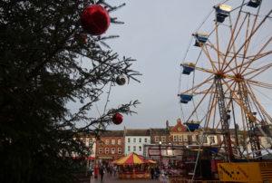 Bildet viser torget i Carlisle med juletre og pariserhjul, side ved side