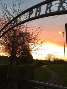 "Bildet viser skiltet ""Heysham park"" over Heysham parken i solnedgang"