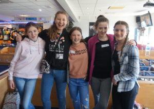 Bildet viser ettåring Anna sammen med noen av jentene våre som var med på Ablaze North