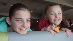 Bildet viser to av jentene fra Solway NYC på Ablaze.