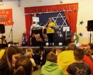 Bildet viser ettåring Tone Charlotte som formidler til barna på St James kirka sin holiday club i februar.