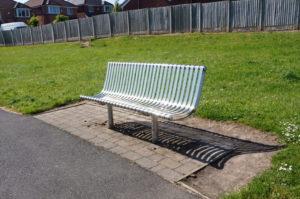 Bildet viser benken hvor vi møtes med ungdommene i parken på tirsdager.