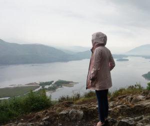 Bildet viser Rachel i forgrunnen av Lake distrikt i Cumbria.