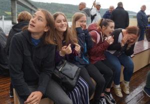Bildet viser de britiske jentene sammen med noen norske ungdommer, på Skibladner på Mjøsa.