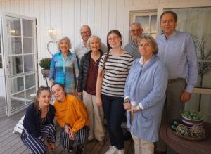 Bildet viser de britiske jentene sammen med Stange menighetsråd.