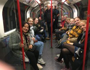 Bildet viser mesteparten av ettåringsgjengen på undergrounden i London.