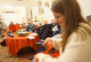 """Bildet viser ettåringen Aleksandra i gang med å åpne sin """"secret Santa""""- gave."""