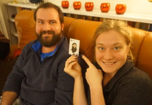 Bildet viser ettåring Hanna med et spillkort som ligner til forveksling på ettåring Rodlofo som sitter sammen med henne.