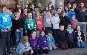 Bildet viser en gruppe ungdommer som har vært på et ungdomsarrangement i England