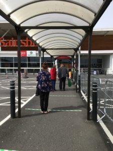 Bildet viser hvordan vi står i kø utenfor butikken før vi får handle.