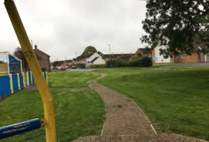 Bildet viser hjørnet av parken hvor vi vanligvis møter ungdom på veg hjem fra skolen på mandager.