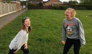 Bildet viser ungdomslederne Esther og Tori.