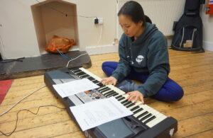 Bildet viser tidligere ettåring Daphne. som spiller piano