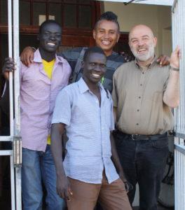 Lozran fra Koncho og Hambisa fra Kamashi i døren til skolen sammen med Mprarany og Klaus-Christian fra NMS Etiopia
