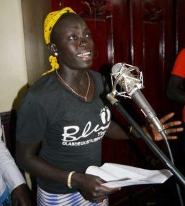 Ei jente fra Etiopia synger i mikrofon