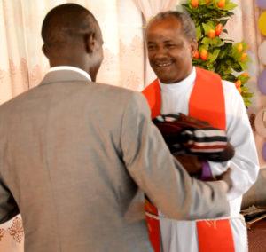 Bilder viser avtroppende kirkepresidenten Rev. Dr. Wakseyoum Idosa som får gaver