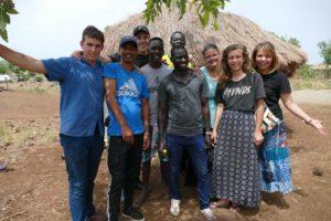 Bildet viser 9 ungdommer fra ulike land som er på outreach i Uganda