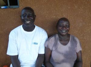 Bildet viser Qes Abera med kona si foran huset deres