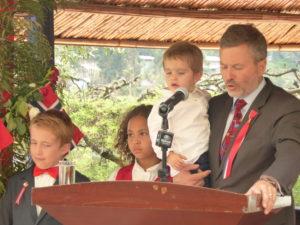 Bilder viser den norske ambassadøren til Etiopia, Andreas Gaarder og tre barn