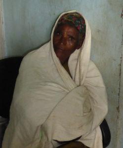 bildet viser ei bestemor som holder barnebarnet sitt under tøystykket