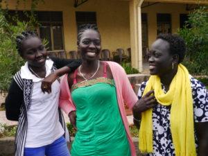 Tre jenter fra Blånildalen ler