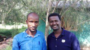 To menn står i en hage