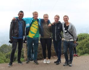 bildet viser fem ungdommer