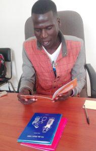 Bildet viser en mann som leser fra et hefte
