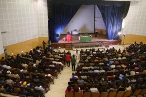 Bildet viser et fullsatt auditorium