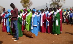 Bildet viser kormedlemmene i sine drakter/uniformer