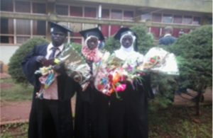 Bildet viser tre ungdommer som har fått diplom fra høyere utdanning
