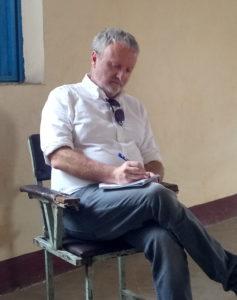 Bildet viser en mann som tar notater