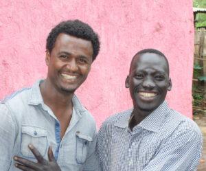 Bildet viser to menn som smiler