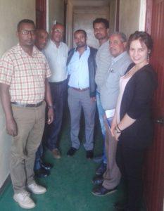 Bildet viser 7 mennesker som jobber i prosjektteam