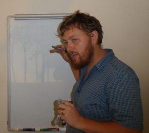 Ung mann foran et White Board forklaring ord og lyder på Opo
