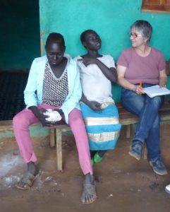 Bildet viser en ung gutt, den gravide kvinnen Dawame og Sonja, NMS rådgiveren