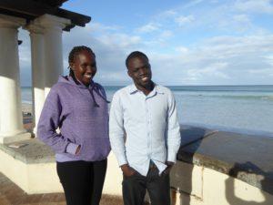 Bildet viser Nyalat og Meher ved havet