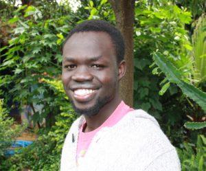 Ung afrikas man står i hagen til NMS kontoret i Addis Abeba