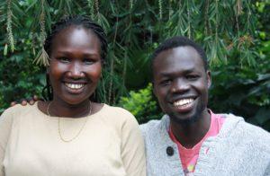 To unge afrikanere, en ung kvinne of en ung mann, står i hagen til NMS Etiopia