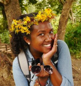 Bildet viser ei ung gassisk jente med en blomsterkrans i håret