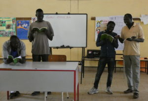 Bildet viser fire menn som leser i Bibelen