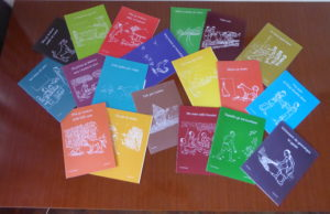 Bildet viser mange små bøker i mange farger.