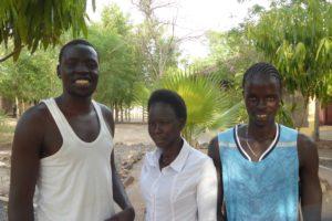 To unge menn fra Gambela og en ung kvinne i midten