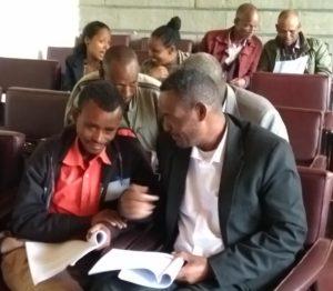 Voksne etiopiere - 2 og 2 - sitter på et møterom og diskuterer med hverandre