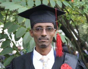 """Portrett av etiopisk teolog med hatt og kappe under """"graduation ceremony"""""""