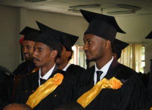 """Flere unge med med svarte kappe og gule bånd som ha blitt """"graduert"""" som Bachelor i musikk og media"""