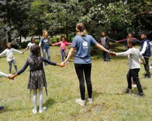 Barna på sommerskolen likte seg godt sammen med ungdommene fra Norge